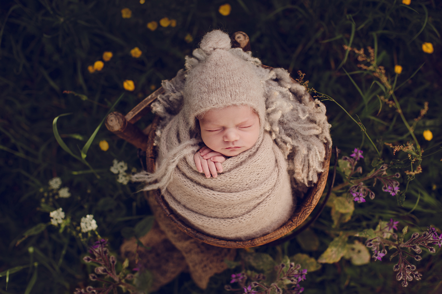 Buiten shoot baby newbornshoot captured by eef katwijk